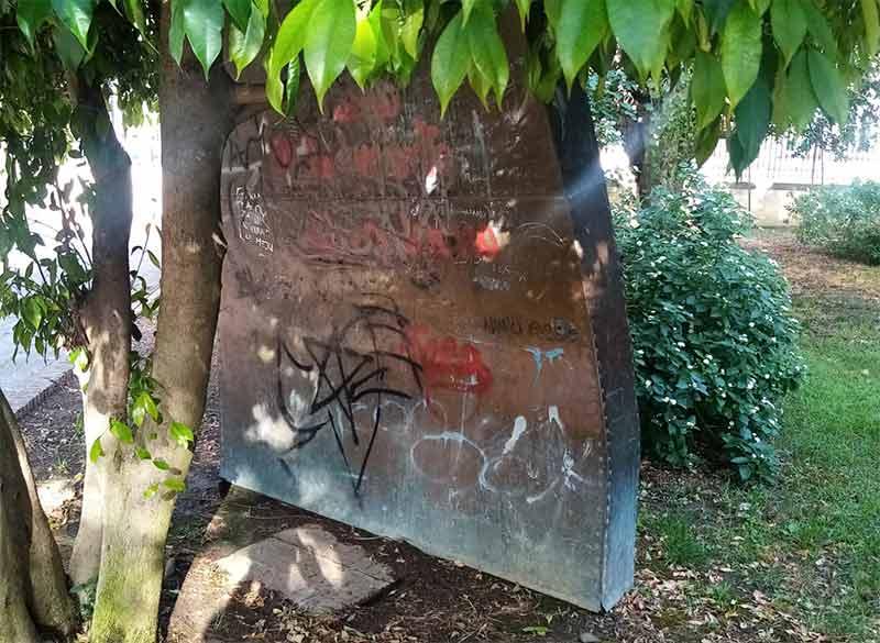Sporcizia e scritte sulla statua di San Francesco. Un appello dei cittadini agli Amministratori galatinesi